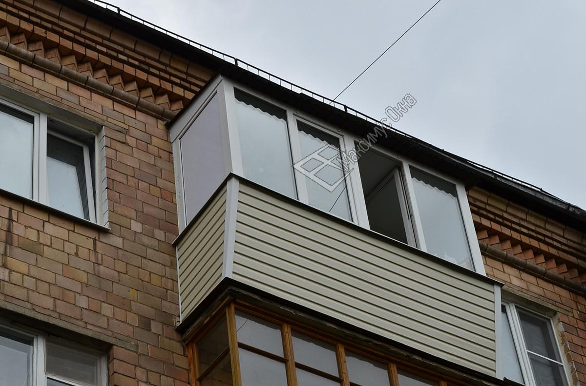 Примеры наружной отделки балконов сайдингом, цены от произво.