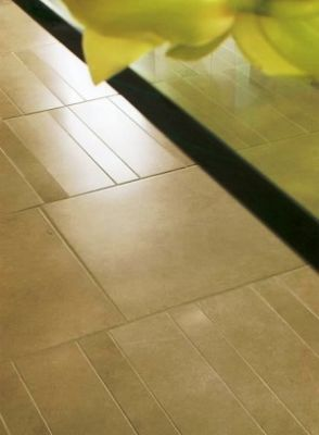 Правильность формы и размеров сторон помещения проверяют, измеряя рулеткой...  Составьте схему укладки плитки.