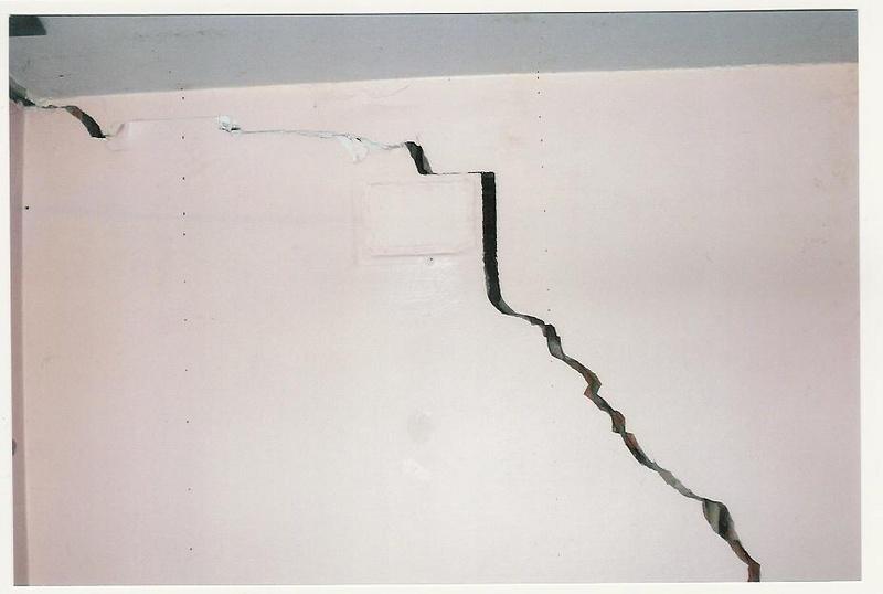 Как заделать трещину на стене своими руками