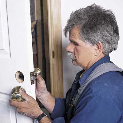установка дверных петель и замка