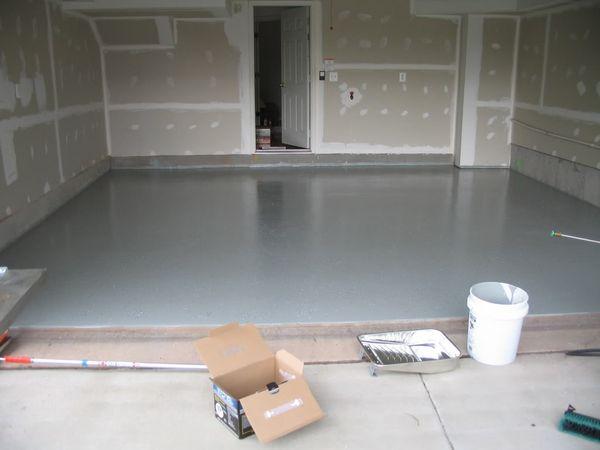 Меня интересует, как можно сделать пол в гараже бетонированный, и какой толщины его нужно производить.