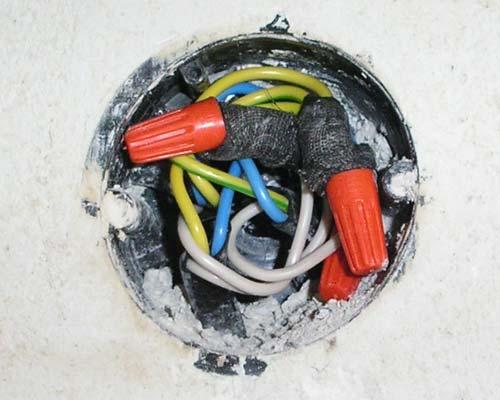 Сложность подобной процедуры, в основном сейчас заключается не...  Как соединить провода в распределительной коробке.