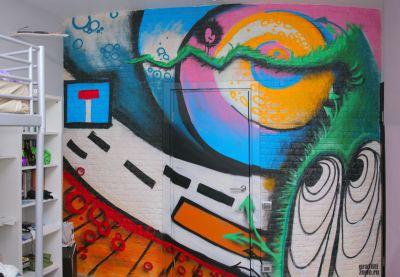 детская комната со специально облицованной стеной под граффити