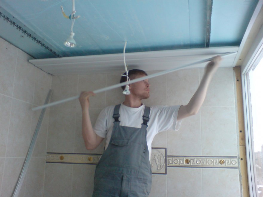 Перед тем, как установить реечный потолок, вы должны нарезать панели